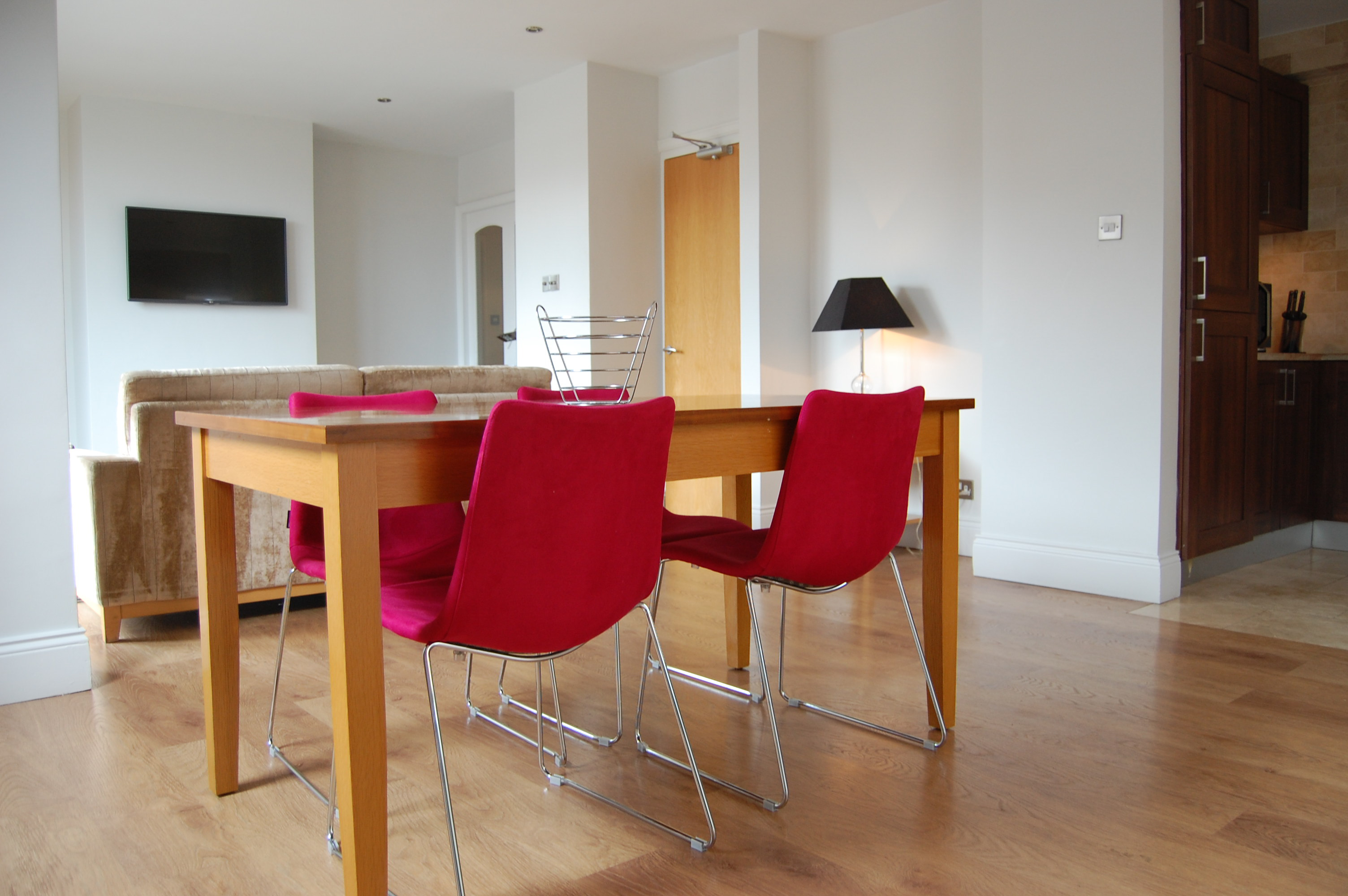 The dining area in the serviced apartment of PREMIER SUITES PLUS Dublin Leeson Street