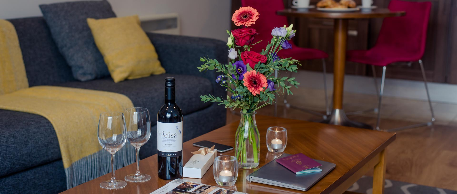PREMIER SUITES PLUS Leeson Street table flowers